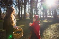 Giovane ragazza graziosa con una sciarpa rossa sulla sua foresta della testa in primavera Immagine Stock