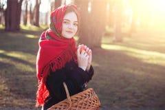 Giovane ragazza graziosa con una sciarpa rossa sulla sua testa Immagini Stock