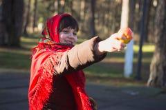 Giovane ragazza graziosa con una sciarpa rossa sulla sua testa Fotografia Stock Libera da Diritti