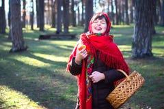 Giovane ragazza graziosa con una sciarpa rossa sulla sua testa Immagine Stock