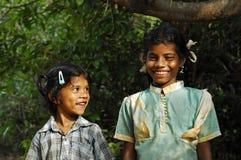 Giovane ragazza indiana che osserva in su alla sua sorella Fotografia Stock