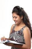 Giovane ragazza indiana che posa nello stile per il tiro del prodotto Fotografia Stock