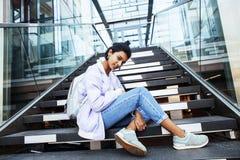 Giovane ragazza indiana sveglia alla costruzione dell'università che si siede sulle scale Fotografie Stock Libere da Diritti