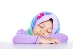 Giovane ragazza musulmana che dorme sullo scrittorio Fotografia Stock Libera da Diritti