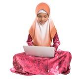 Giovane ragazza musulmana che si siede con il computer portatile II Fotografia Stock Libera da Diritti