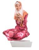 Giovane ragazza musulmana con il computer portatile ed il blocco note II Fotografia Stock