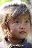 Giovane ragazza nepalese che si siede sulla traccia di ABC Immagine Stock