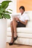 Giovane ragazza nera vaga con il computer portatile Fotografia Stock