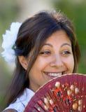 Giovane ragazza o donna spagnola che sorride al traditiona della holding della macchina fotografica Fotografie Stock
