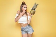 Giovane ragazza pazza con gli ananas Fotografie Stock
