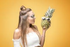 Giovane ragazza pazza con gli ananas Fotografia Stock Libera da Diritti