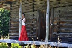 Giovane ragazza premurosa che si leva in piedi vicino alla capanna chiusa Immagine Stock Libera da Diritti