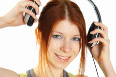 Giovane ragazza red-haired con le cuffie Immagini Stock Libere da Diritti