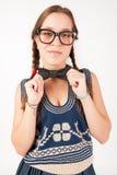 Giovane ragazza sciocca e nerd che esamina macchina fotografica immagini stock