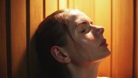 Giovane ragazza sexy che si rilassa nel bagno russo stock footage