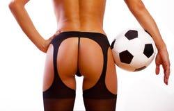 Giovane ragazza sexy con la sfera di calcio Immagini Stock