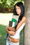Giovane ragazza snella attraente dell'allievo nella sosta. Fotografie Stock Libere da Diritti