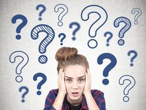 Giovane ragazza sollecitata del geek, punti interrogativi immagini stock libere da diritti