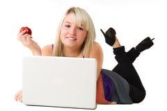 Giovane ragazza sorridente con il computer portatile Fotografie Stock