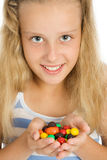 Giovane ragazza sorridente con la caramella di cioccolato Immagine Stock Libera da Diritti