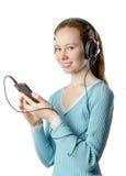Giovane ragazza sorridente con le cuffie con il telefono Immagine Stock Libera da Diritti
