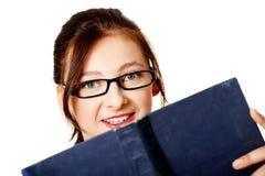 Giovane ragazza sorridente con un libro. Immagini Stock Libere da Diritti