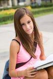 Giovane ragazza splendida dell'allievo nella sosta. Immagini Stock