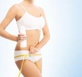 Giovane, ragazza sportiva, adatta e bella con nastro adesivo di misurazione immagine stock