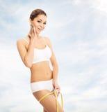 Giovane, ragazza sportiva, adatta e bella con nastro adesivo di misurazione Fotografie Stock