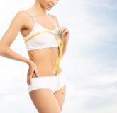 Giovane, ragazza sportiva, adatta e bella con nastro adesivo di misurazione Fotografia Stock Libera da Diritti