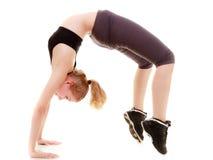 Giovane ragazza sportiva che fa allungando esercizio isolato. Stile di vita sano Fotografie Stock Libere da Diritti