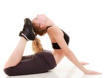 Giovane ragazza sportiva che fa allungando esercizio Stile di vita sano Fotografia Stock Libera da Diritti