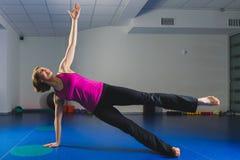 Giovane ragazza sportiva che fa gli esercizi relativi alla ginnastica nella classe di forma fisica Fotografie Stock Libere da Diritti
