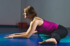 Giovane ragazza sportiva che fa gli esercizi relativi alla ginnastica nella classe di forma fisica Fotografia Stock