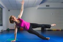 Giovane ragazza sportiva che fa gli esercizi relativi alla ginnastica nella classe di forma fisica Fotografia Stock Libera da Diritti
