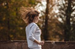 Giovane ragazza sportiva che pareggia nel parco della città al giorno di autunno Immagine Stock Libera da Diritti