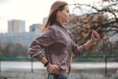 Giovane ragazza sportiva che pareggia nel parco della città al giorno di autunno Fotografie Stock