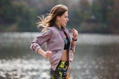 Giovane ragazza sportiva che pareggia nel parco della città al giorno di autunno Fotografia Stock Libera da Diritti