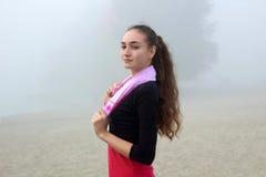 Giovane ragazza sportiva con l'asciugamano durante il outdoo della rottura di allenamento di forma fisica Immagini Stock Libere da Diritti