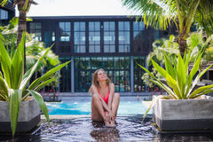 Giovane, ragazza sportiva e bella che medita su pilastro all'estate Concetto di yoga fotografia stock libera da diritti