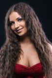 Giovane ragazza stupefacente con capelli ricci Fotografie Stock Libere da Diritti
