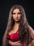 Giovane ragazza stupefacente con capelli ricci nel colore rosso Immagine Stock