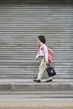 Giovane ragazza sulla sua casa del ritorno, Canton, Cina della scuola Immagine Stock Libera da Diritti
