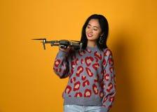 Giovane ragazza sveglia che tiene quadcopter Bambino che gioca con il fuco Istruzione, bambini, tecnologia, scienza, futuro e con fotografia stock