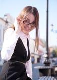Giovane ragazza sveglia dell'allievo con il sorriso di vetro Fotografie Stock
