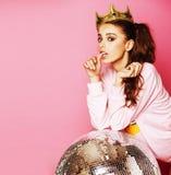 Giovane ragazza sveglia della discoteca su fondo rosa con la palla e l'Ass.Comm. della discoteca Immagine Stock Libera da Diritti