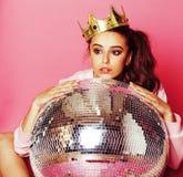 Giovane ragazza sveglia della discoteca su fondo rosa con la palla e l'Ass.Comm. della discoteca immagine stock