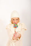 Giovane ragazza sveglia di inverno con la caramella del lollipop Fotografia Stock Libera da Diritti