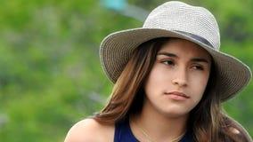 Giovane ragazza teenager annoiata ed apatica stock footage
