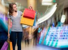 Giovane ragazza teenager con i sacchetti della spesa Fotografie Stock